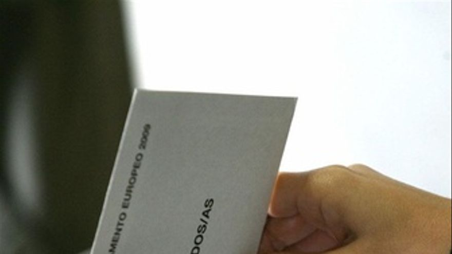 Introduciendo un voto en una urna electoral