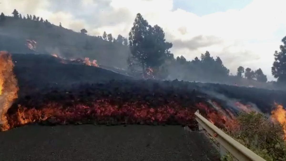 La lava  este  domingo, en la zona de Tajogaite, cruzando la carretera de Las Manchas a  El Paso.