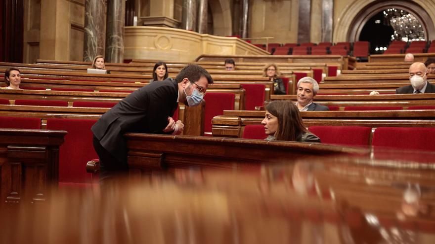 El vicepresident Aragonés, con mascarilla, se dirige a la consellera Budó durante el pleno