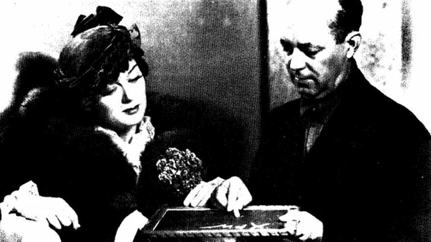 Herbert O. Yardley con Rosalind Russell, coprotagonista de 'Rendezvous', película inspirada en una de sus novelas