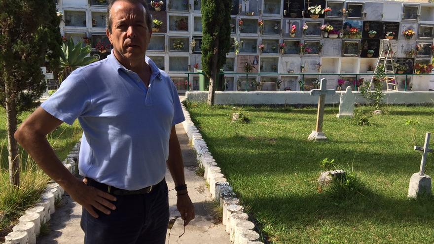 Pedro Negrín en el cementerio de Hermigua