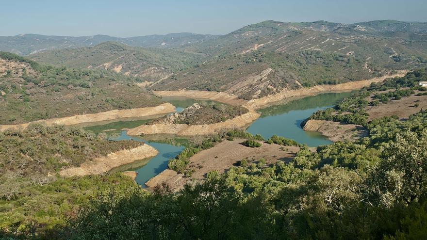 """Serrano señala que, """"al igual que no se hace con la Alhambra o un Picasso"""", la Almoraima no debe ser privatizada"""
