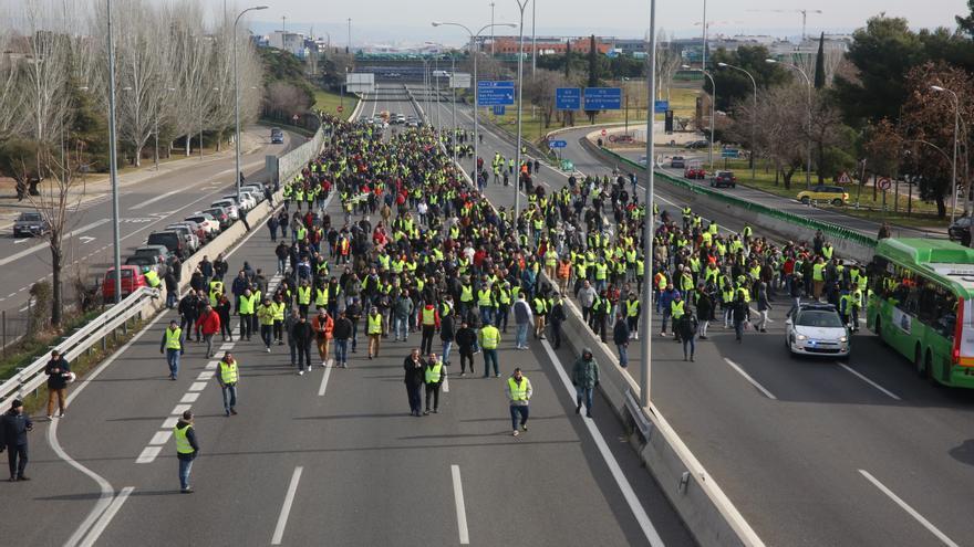 Los taxistas cortan la autopista A2 en la segunda jornada de huelga en Madrid.