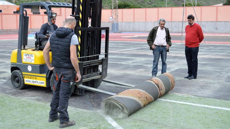 El alcalde de San Sebastián visitando las actuaciones en el polideportivo