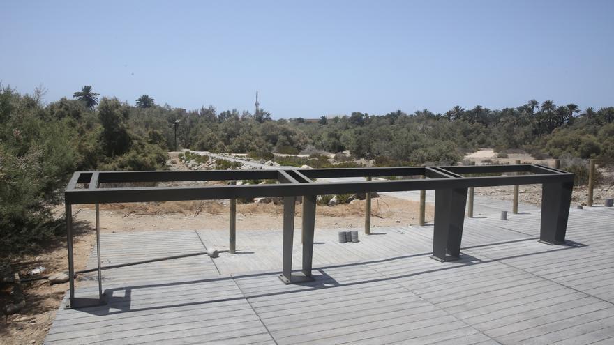 Estructuras para paneles a medio construir en el parque Tony Gallardo.