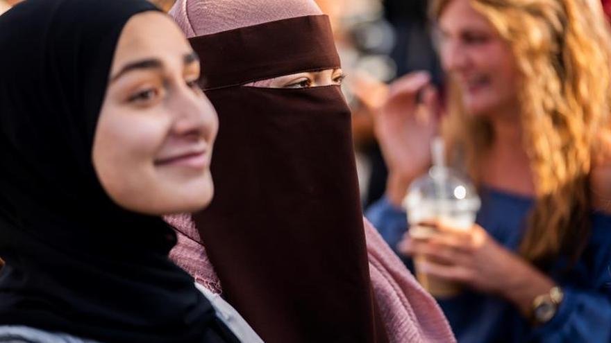 La entrada en vigor de la nueva ley antiburka agita el debate en Dinamarca