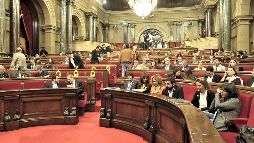 El Parlament reclama un referéndum pactado sin fijar ultimátums a Sánchez