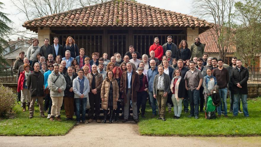 Foto de familia de todos los participantes en el encuentro municipalista de Ganemos Juntos Cantabria.