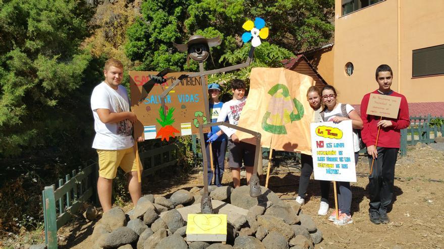 Un grupo de alumnos junto a la escultura de Aristóteles. Foto: LUZ RODRÍGUEZ.