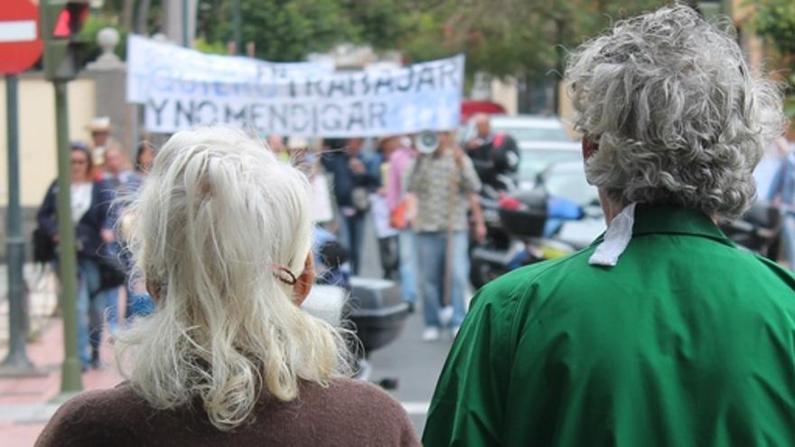 Dos vecinos de Cruz Piedra esperan la llegada de los manifestantes. (I.S.)