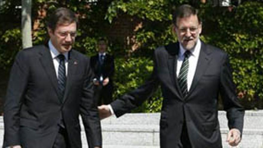 El primer ministro portugués, Pedro Passos Coelho (i), y el presidente del Gobierno español, Mariano Rajoy (d), durante la rueda de prensa que han ofrecido tras la XXVI cumbre bilateral España-Portugal celebrada en el Palacio de la Moncloa. EFE/Juan Carlos Hidalgo