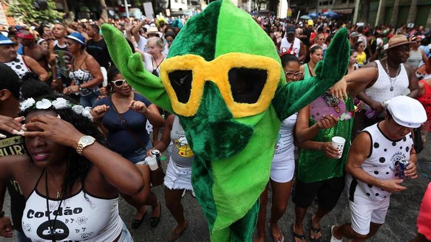 Comparsas callejeras comienzan la fiesta a 50 días del Carnaval de Río