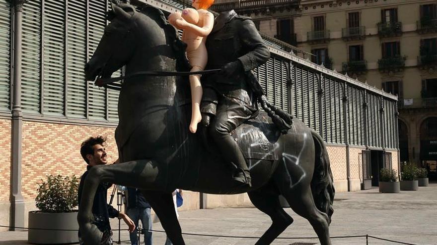 Lanzan huevos, tomates y una muñeca hinchable al Franco decapitado del Born
