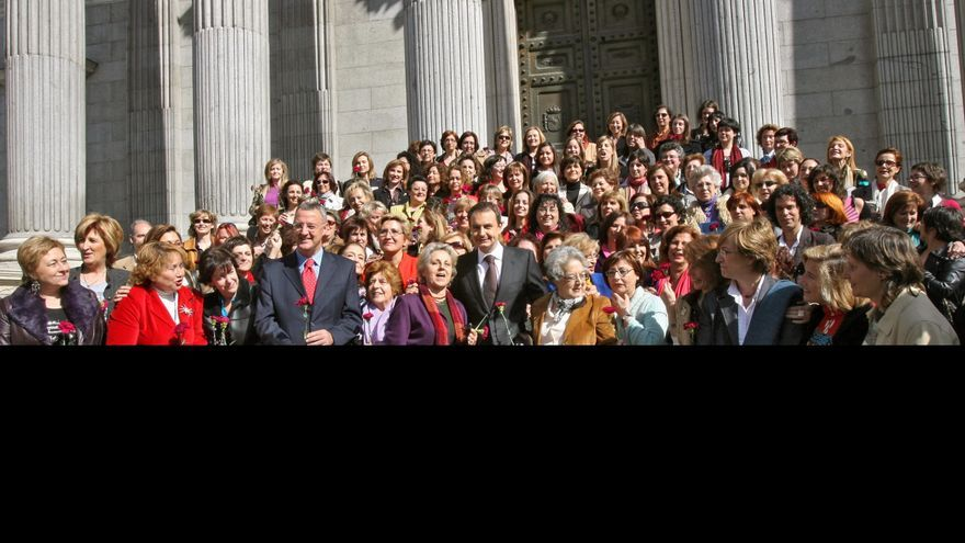 Zapatero posa con mujeres frente al Congreso tras aprobar la Ley de Igualdad.