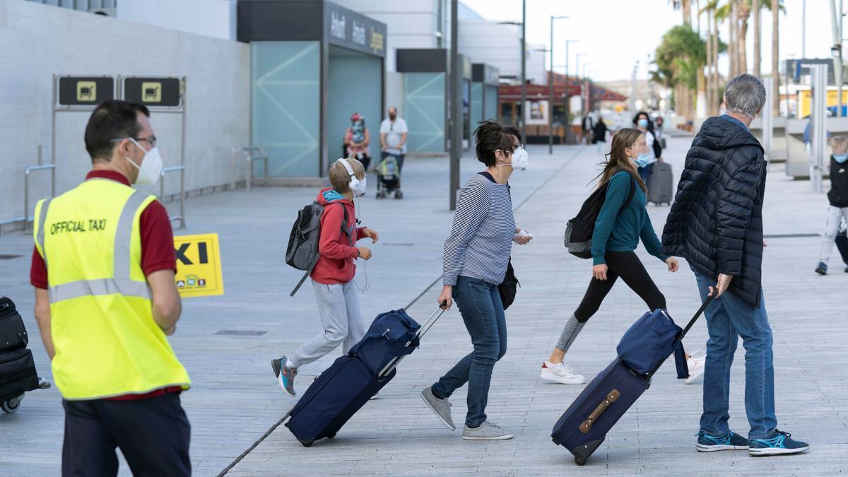 Llegada de turistas al aeropuerto de Tenerife Sur, en el municipio de Granadilla de Abona.