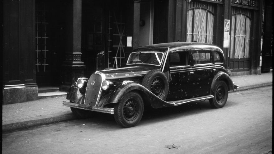 Coche cosido a balazos en una calle de Barcelona. 1936-1937