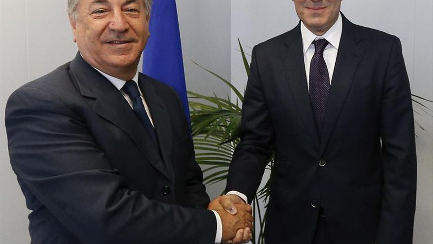 El presidente de Canarias, Fernando Clavijo (d) junto al comisario europeo de Medio Ambiente, Asuntos Marítimos y Pesca, el maltés Karmenu Vella durante la reunión que mantuvieron en Bruselas. EFE/Laurent Dubrule