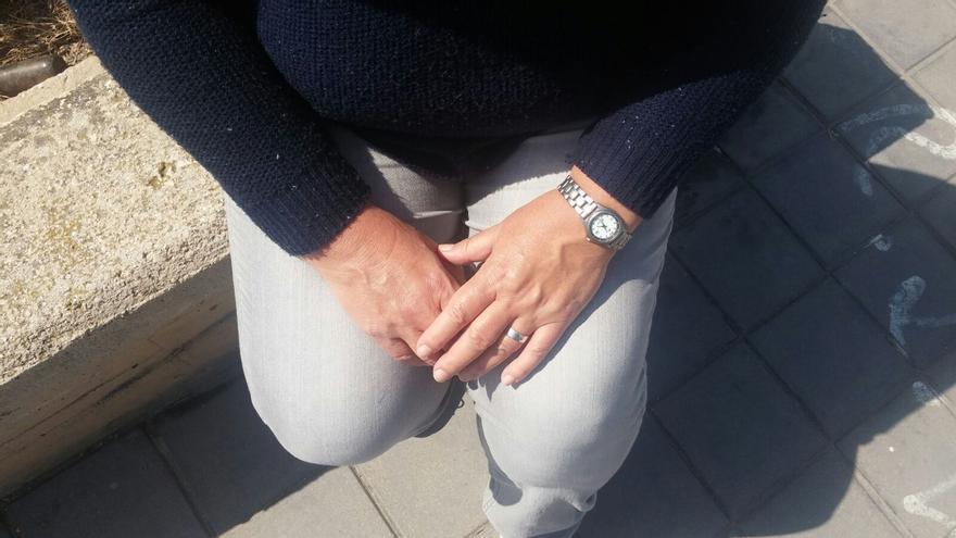 Las manos de Carlota, cuya familia vive acogida a la moratoria antidesahucios. / Foto cedida