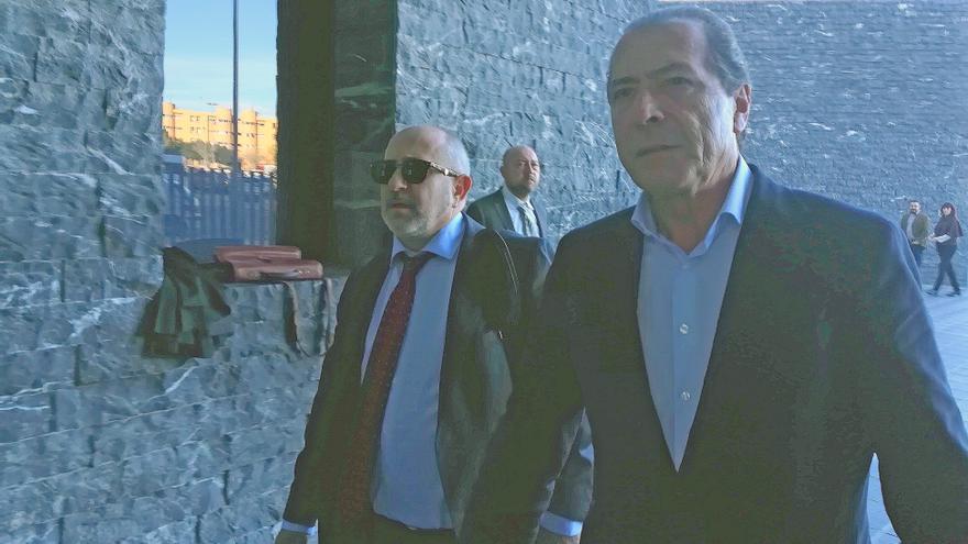 El exalcalde de Santa Pola del PP, Miguel Zaragoza, a su llegada a los juzgados de Elche