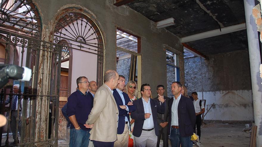 Visita del presidente de Canarias, Fernando Clavijo al antiguo Casino de Arucas, donde se proyecta un hotel rural.