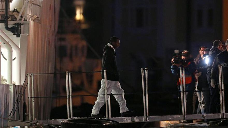 Guardacostas libios interceptan tres embarcaciones con 500 inmigrantes