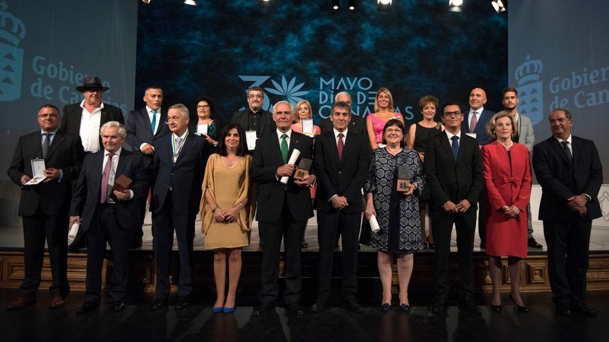 Fernando Clavijo junto a los premiados en el Día de Canarias.