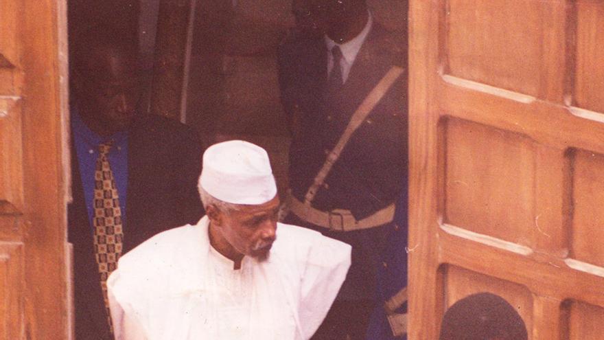 Hissène Habré fue arrestado por primera vez en Dakar en el  año 2000. Poco tiempo después sería puesto en libertad y se tardaría 13 años para arrestarlo definitivamente para que sea juzgado.