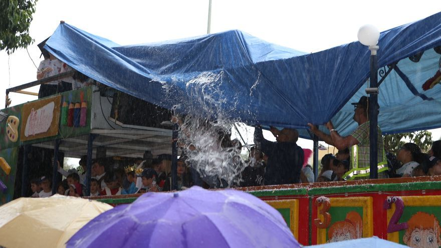 La Cabalgata de Reyes de LPGC arranca con lluvia. (Alejandro Ramos).