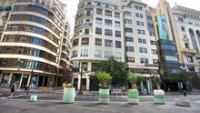 Los nuevos maceteros que cierran el paso al tráfico en la Plaza del Ayuntamiento de València.