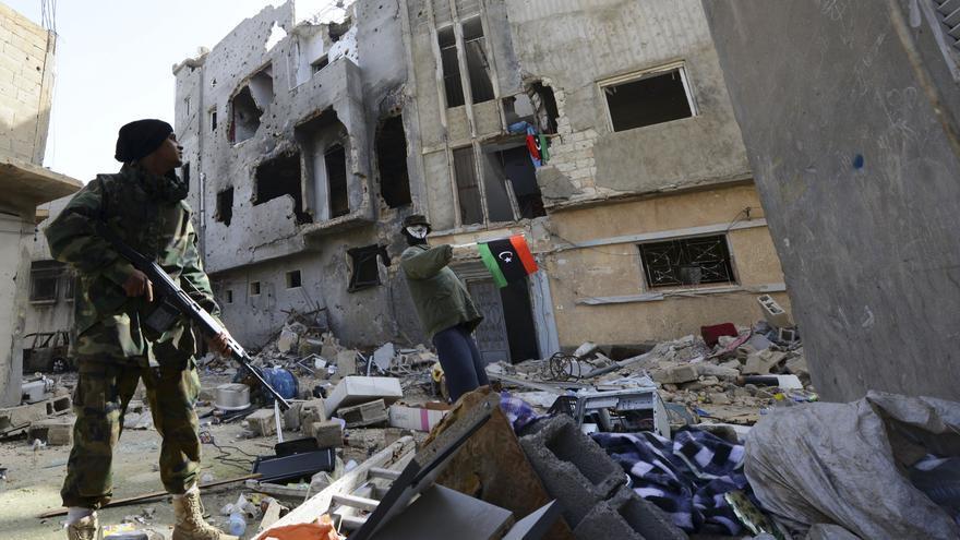 Un miembro de las fuerzas del gobierno de Libia en las calles de Bengasi. REUTERS/Esam Omran Al-Fetori.