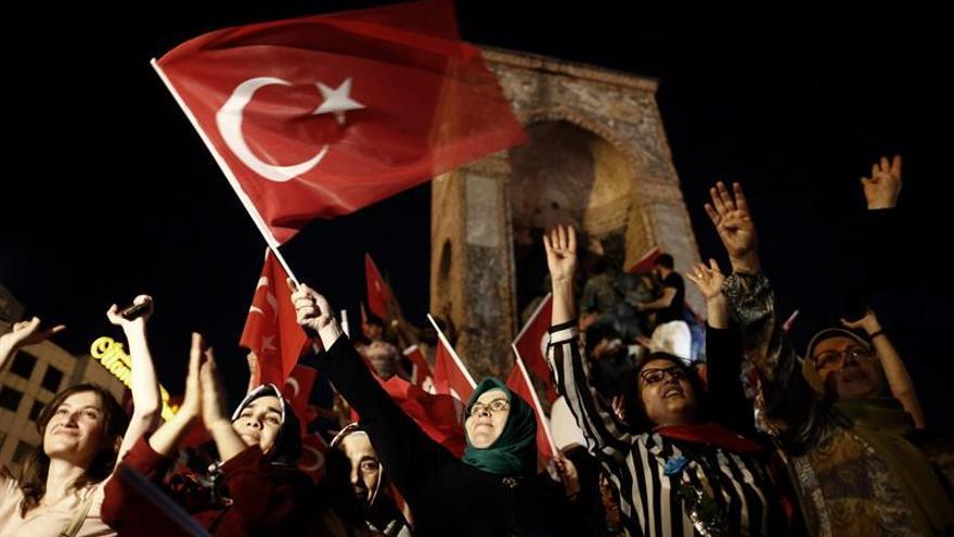 """Celebran en varias ciudades turcas """"vigilias por la democracia"""""""