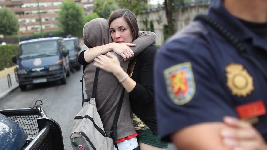 Amaya Muñoz se abraza a un amigo el día de su desahucio / Jaime Alekos