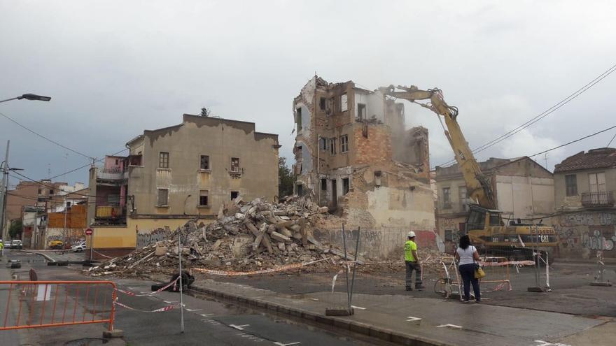 Derribo de un edificio en ruinas en el Cabanyal
