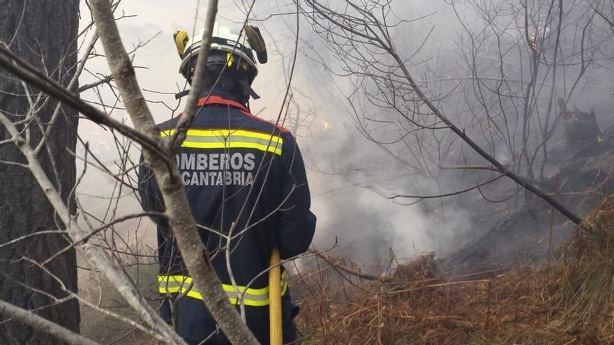 Bombero en labores de extinción en Cantabria en febrero de 2019.