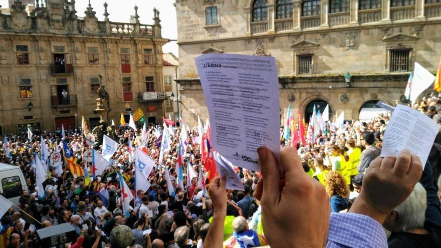 Una manifestante muestra la papeleta, con la letra de L'Estaca en el reverso