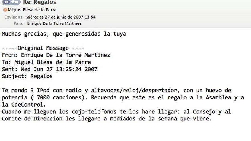 De la Torre informa a Blesa de que le reserva tres iPod de los entregados en la Asamblea de Caja Madrid