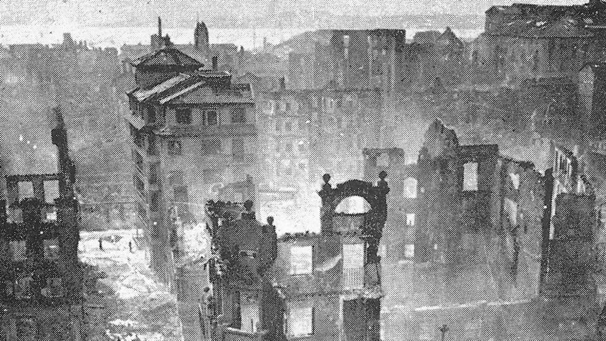 Vista general de las ruinas tras el incendio del centro histórico de Santander.