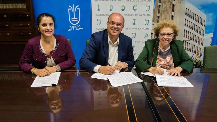 En la imagen, el presidente del Cabildo, con la consejera insular de Asuntos Sociales (izquierda) y la responsable de Fundación Canaria Solidaridad La Palma.