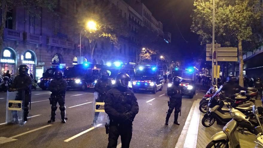 Los Mossos han cerrado los accesos a la plaza Urquinaona para evitar la llegada de los CDR