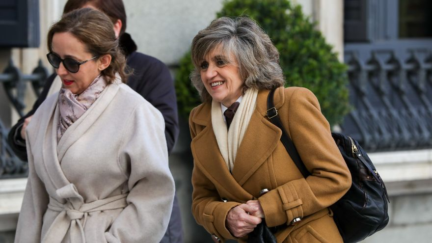 La ministra de Sanidad, Bienestar Social y Consumo en funciones, María Luisa Carcedo (d), llega al Congreso de los Diputados para la segunda votación para la investidura