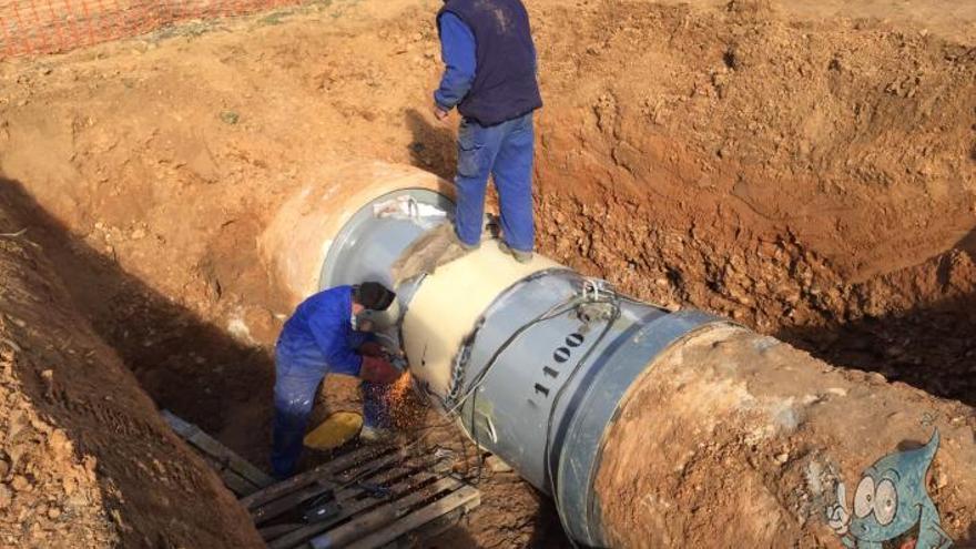 Operarios en tubería de la Mancomunidad de Aguas del Sorbe