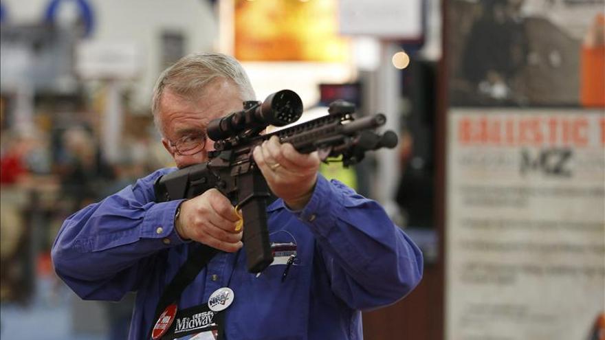 Un visitante sostiene un rifle Nosler durante la convención anual de la Asociación Nacional del Rifle (NRA por sus siglas en inglés) celebrada en 2013 en el Centro de Convenciones George R. Brown en Houston, Texas.