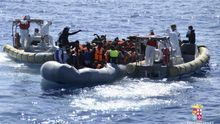 Fotografía facilitada por la Guardia Costera de Italia de un rescate en el Mediterráneo.