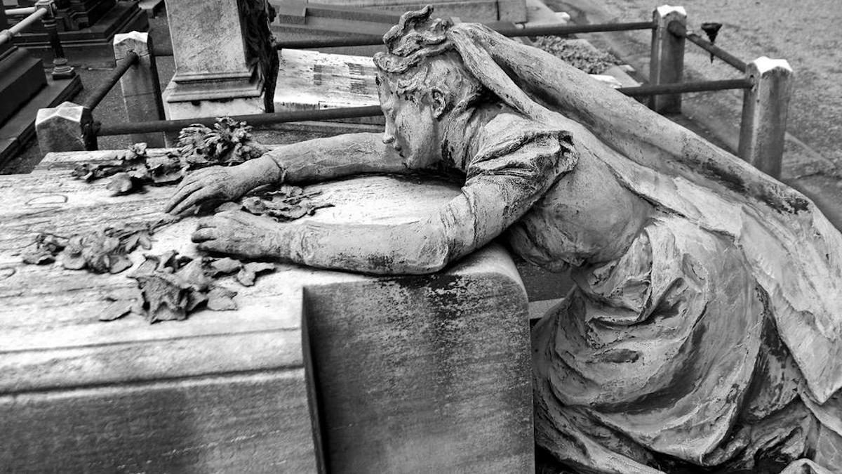 Escultura en una tumba del Cementerio Monumental de Milán.