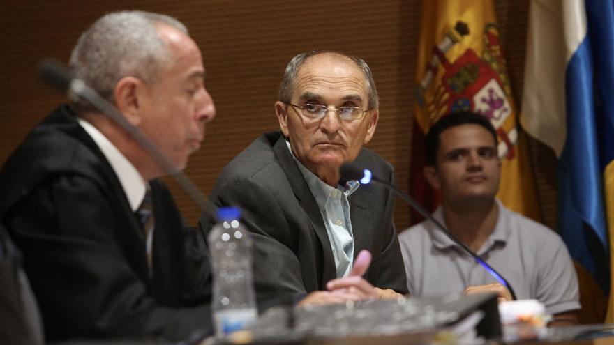 Silverio Matos escucha a su abogado. (ALEJANDRO RAMOS)