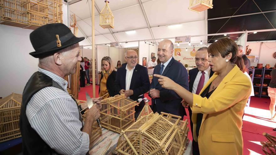 Las autoridades políticas visitan uno de los puestos de la Feria de Artesanía de Canarias durante su inauguración.