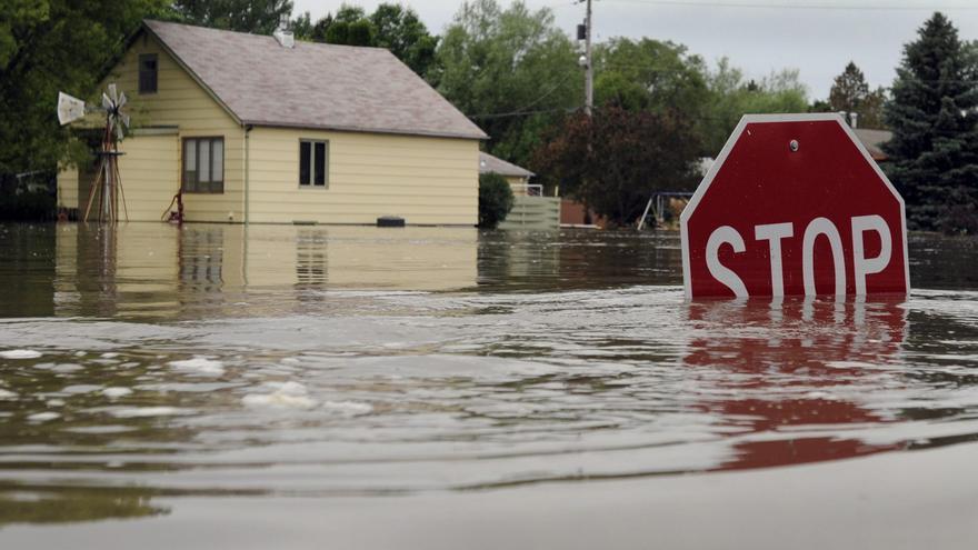 Inundación en una localidad estadounidense debido al desbordamiento del río Souris./ EFE: Craig Lassig.