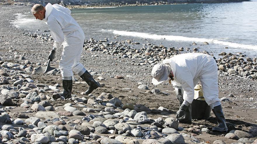 Recogida de fuel en la playa de Veneguera.
