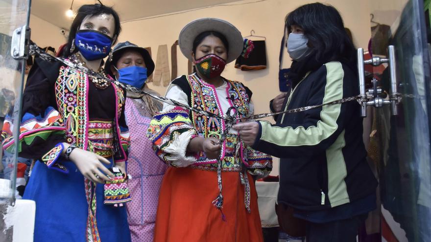 Indígenas artesanas bolivianas abren un espacio para el encuentro de culturas
