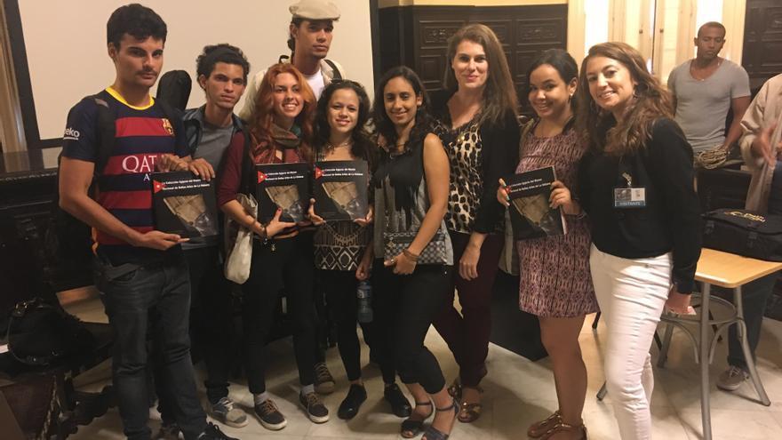 Mila Álvarez e Irene Morfini con estudiantes de la Universidad de La Habana.